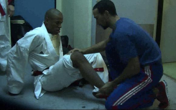 Sébastien teste le genou de Kenji