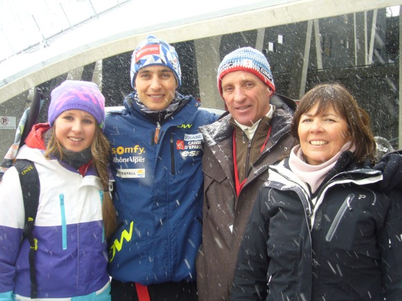 Jason entouré de son oncle René, sa tante Véronique et sa cousine Justine.