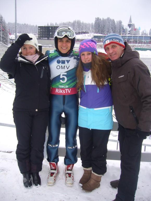Ronan entouré de son oncle René, sa tante Véronique et sa cousine Justine.