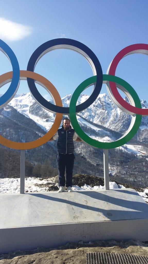 Jonas Devouassoux devant les anneaux olympiques
