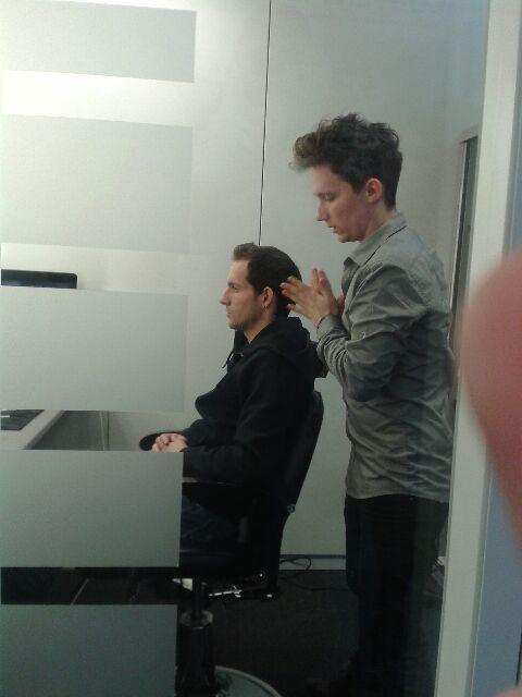 Renaud Lavillenie se fait coiffer avant l'émission