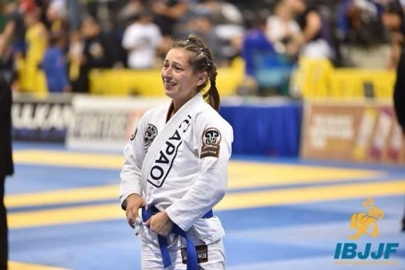 Les larmes d'Annabel Merlier, fraîchement sacrée Championne du monde de JJB