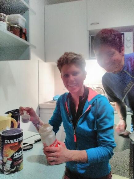 Laetitia Roux et sa coéquipière Axelle Mollaret préparent leur boissons énergétiques pour la course du lendemain